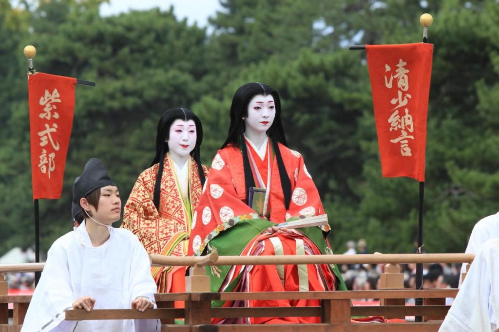 Šionagon (priekyje) ir Šikibu persirengusios merginos_šventės džidai matsuri metu Kiote